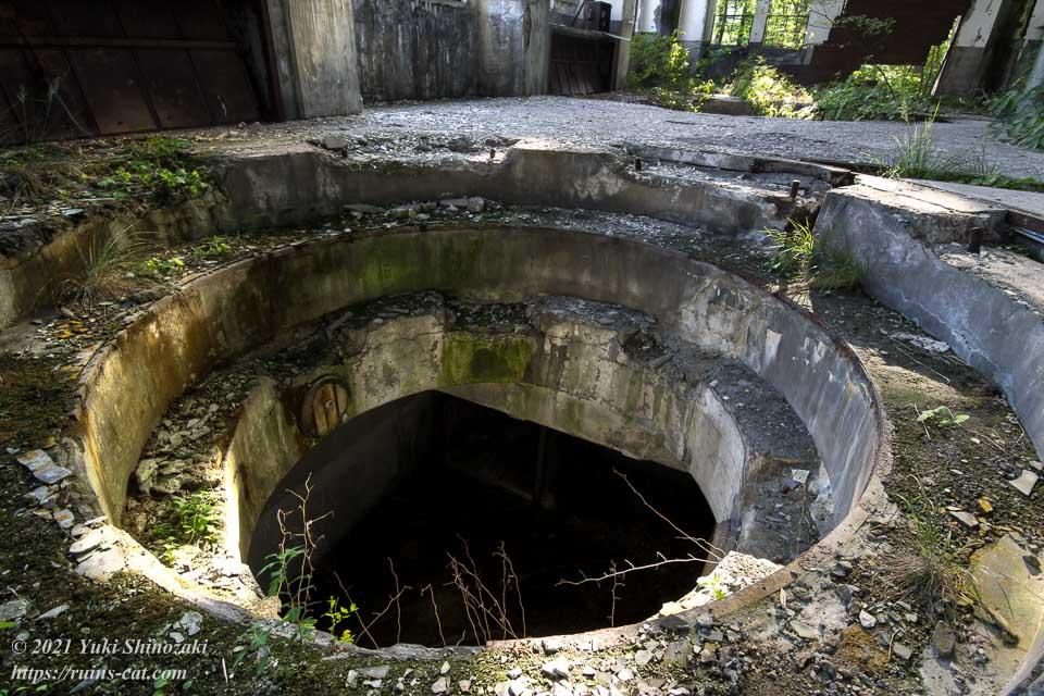 旧和賀川水力発電所の奥側の発電用タービン設置孔を1階から見下ろす