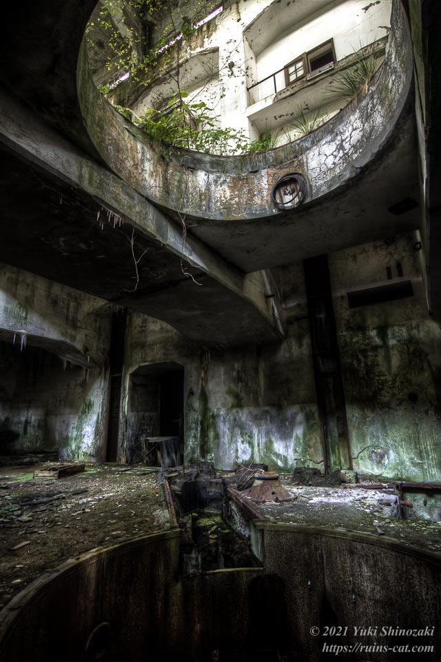 旧和賀川水力発電所の手前側の発電用タービン設置孔を地下室から見上げる