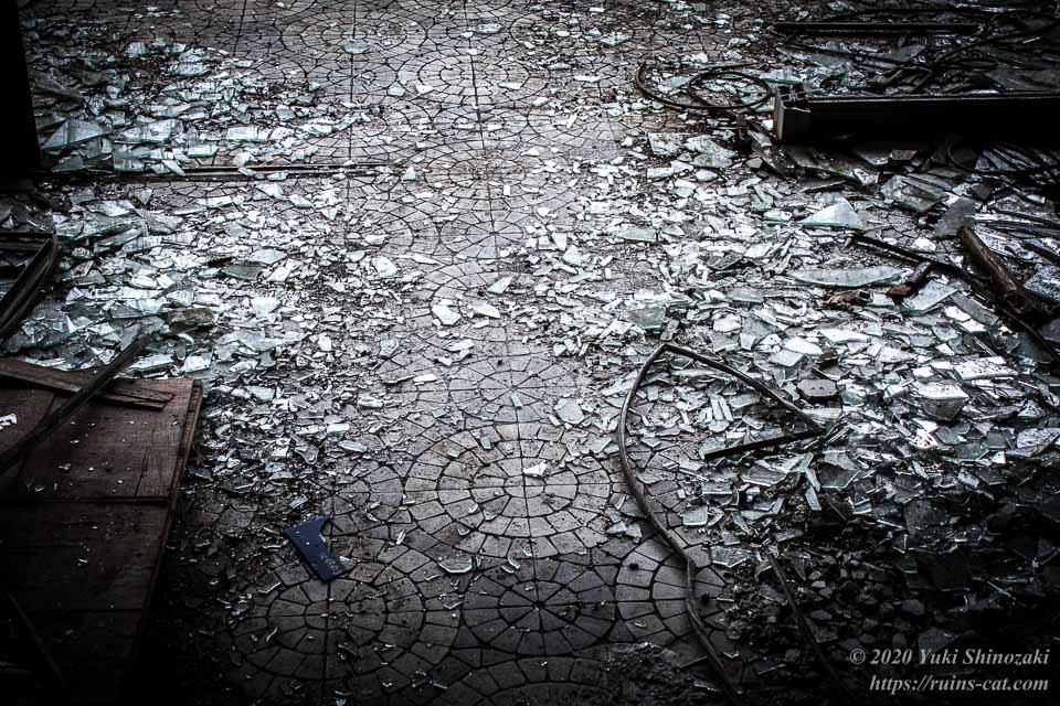 出入口付近には散らばったガラスの破片による獣道ができている