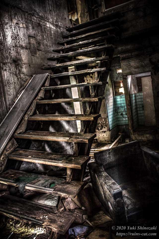 小和清水の惨殺屋敷(千葉のホワイトハウス) 階段