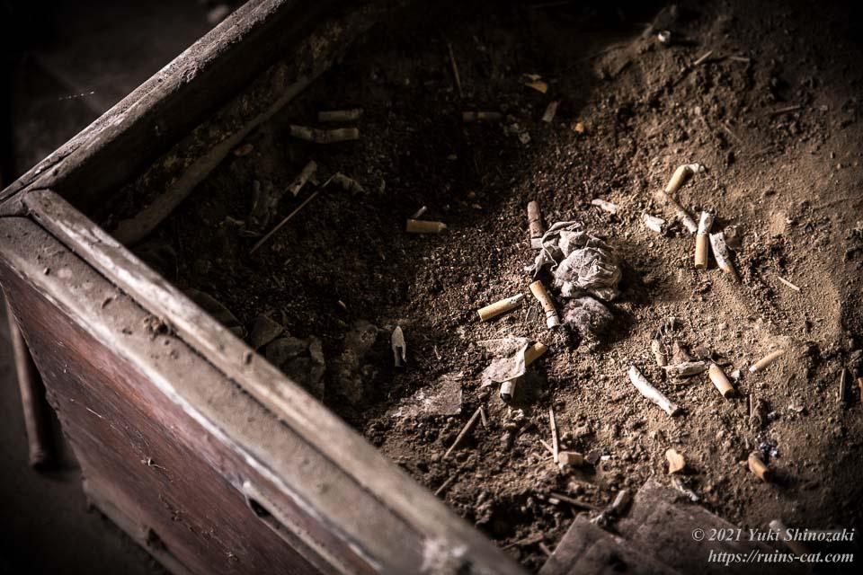 病院内に設置された灰皿(土の入った木箱)