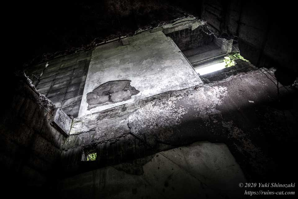 茨城のホワイトハウス(心霊スポット) 2階へと続く階段があったはずの穴
