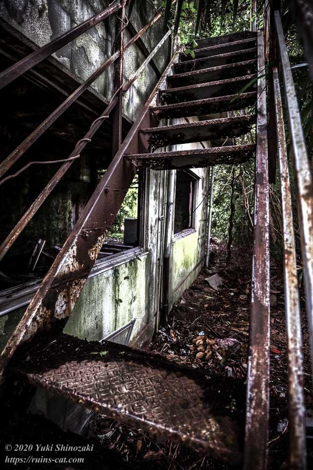 茨城のホワイトハウス(心霊スポット) 2階ベランダへと続く外階段。踏み板は抜け落ちてボロボロ。