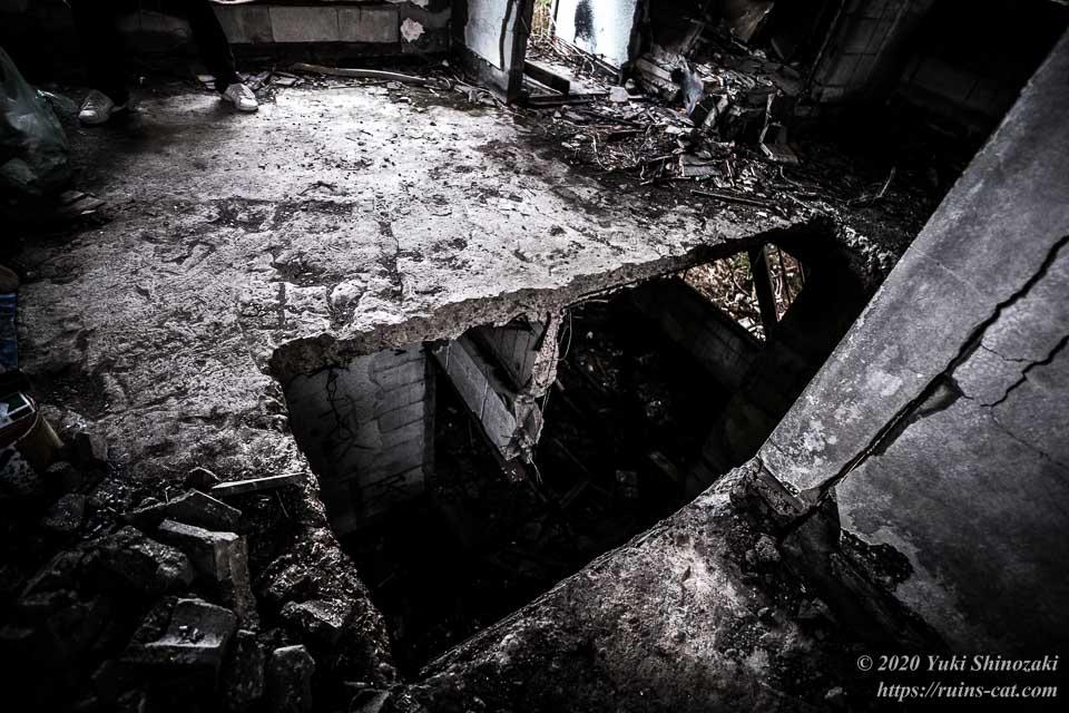 茨城のホワイトハウス(心霊スポット) 2階から見た階段があったはずの場所の穴
