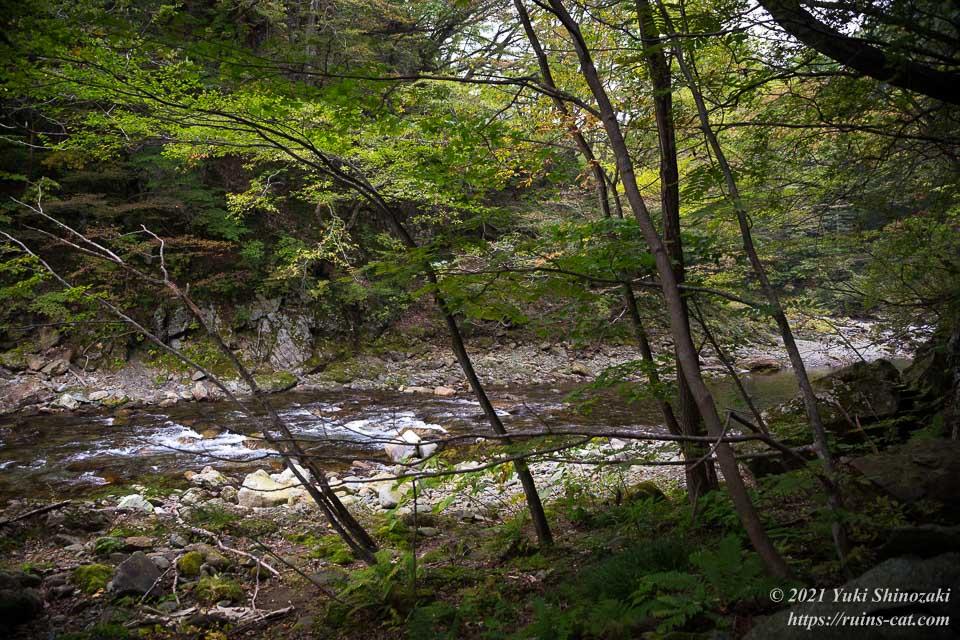 斜面を降りた先にある和賀川の支流