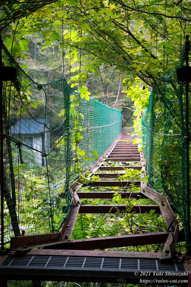 橋の入り口から出口を眺める