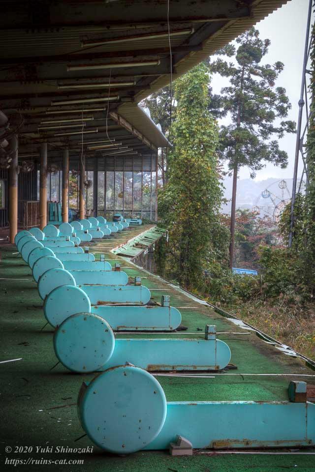 レジャーパークゴルフ場の2階にずらりと並ぶ配球機。