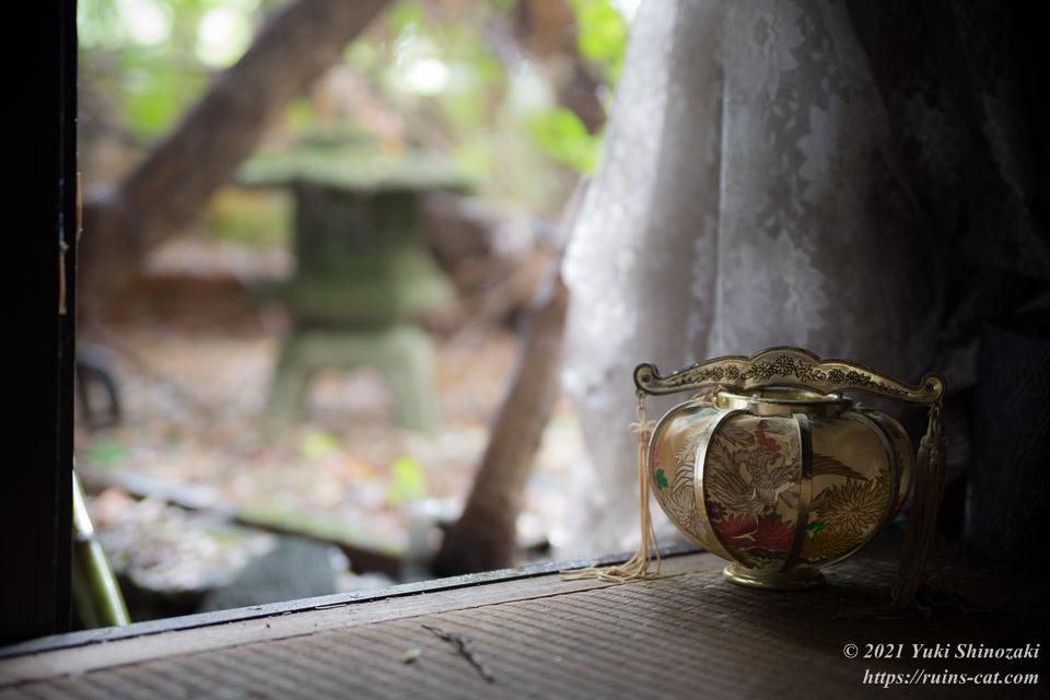 和風庭園を望む畳部屋の上の大陸風提灯