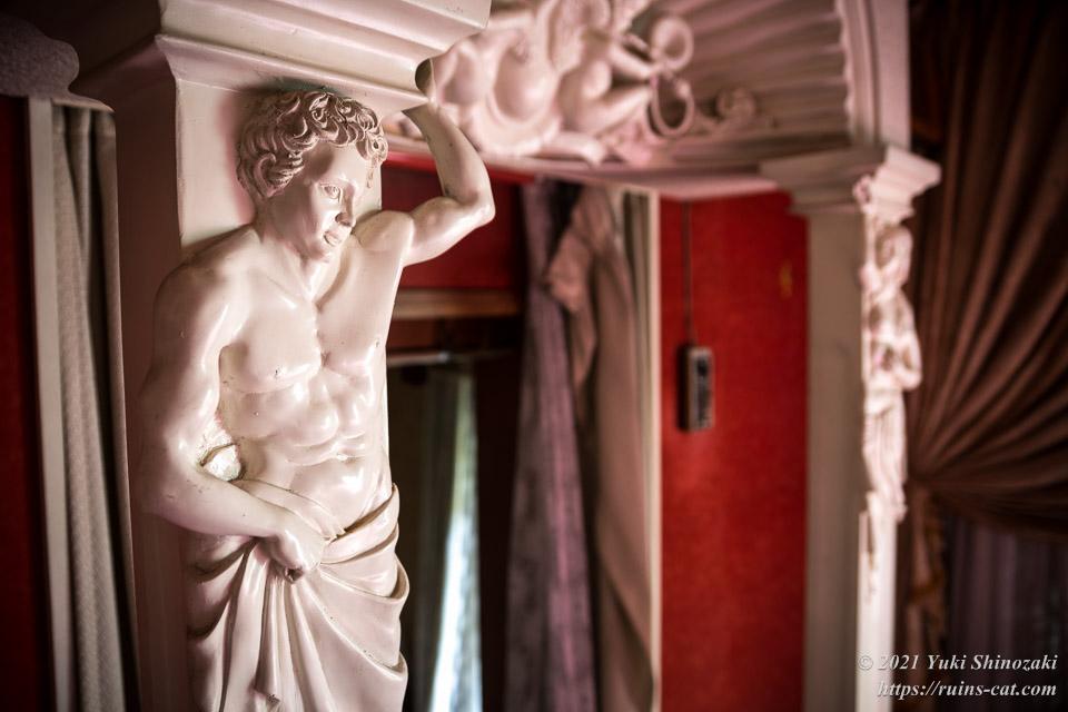 風呂場へのアーチを支える筋骨隆々の男性像