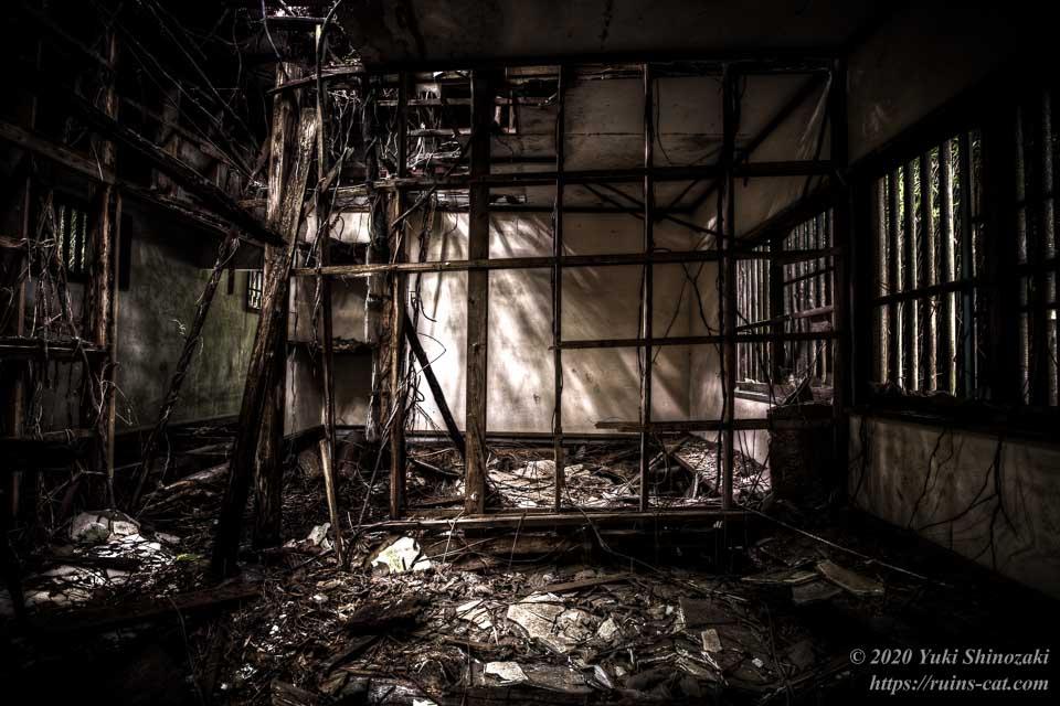 小川脳病院(心霊スポット) 大部屋をあわてて後から仕切ったような壁の骨組み