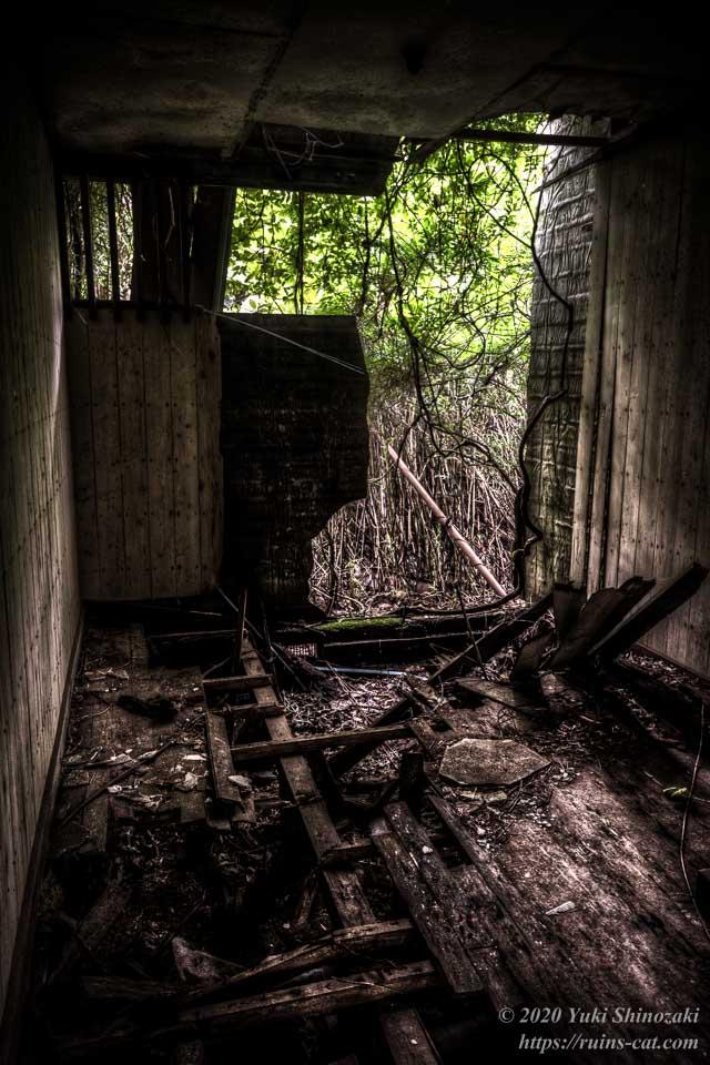 小川脳病院(心霊スポット) 重症患者用の閉鎖病棟の一番奥側の部屋の内部。奥の壁には大穴が空いてしまっている。