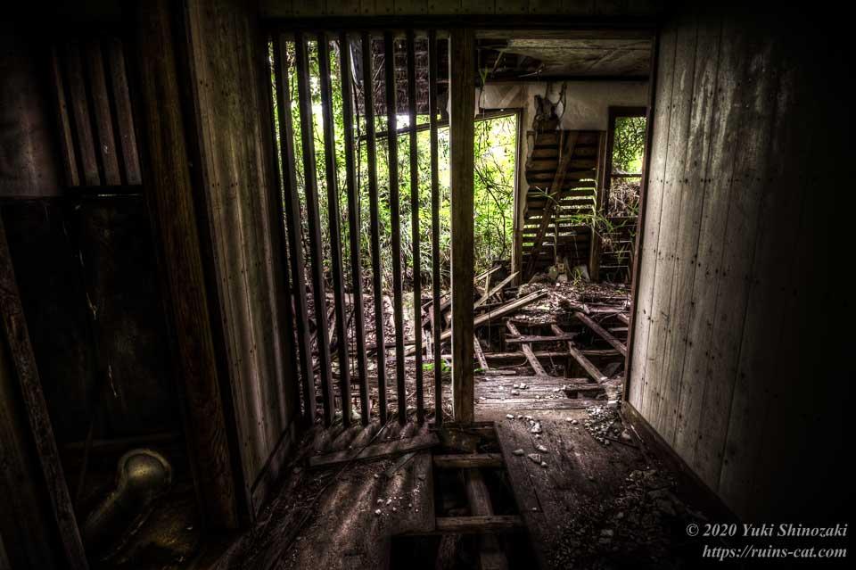 小川脳病院(心霊スポット) 重症患者用の閉鎖病棟の部屋の中から見た出入口