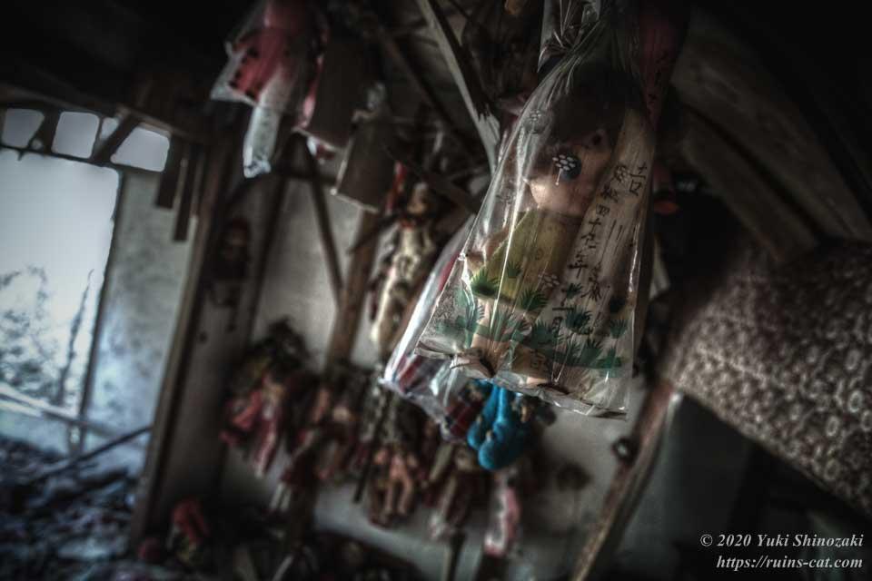 「吉川 康弘」「昭和四十?(判読不能)年十一月十七日生」と書かれた人形