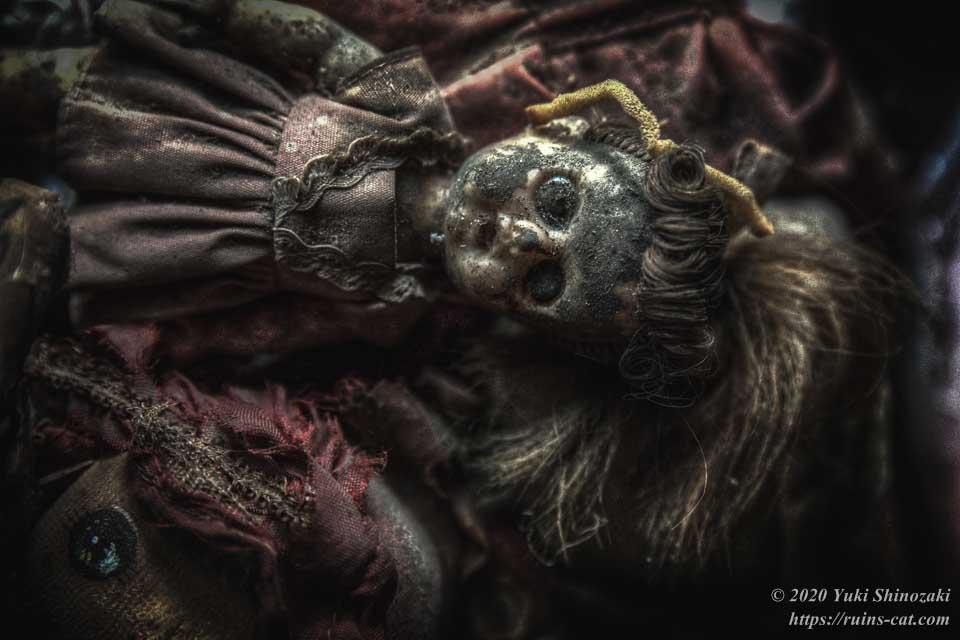 横たわる女の子の人形