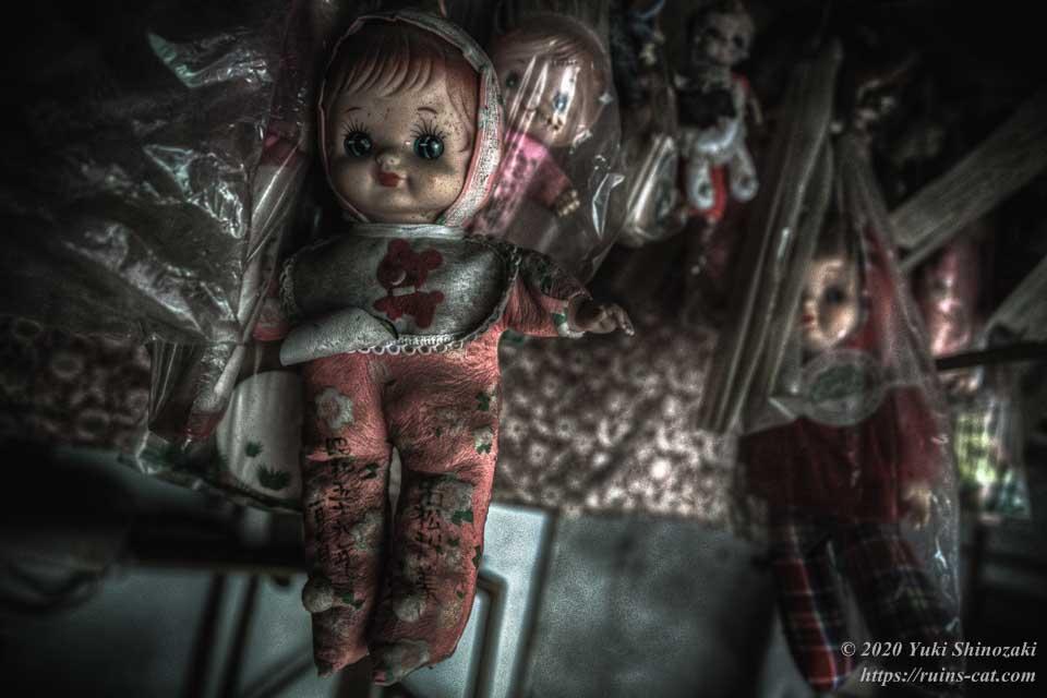 天井から吊り下げられた人形たち