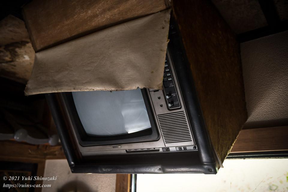 天井から斜めに吊り下げられたブラウン管テレビ