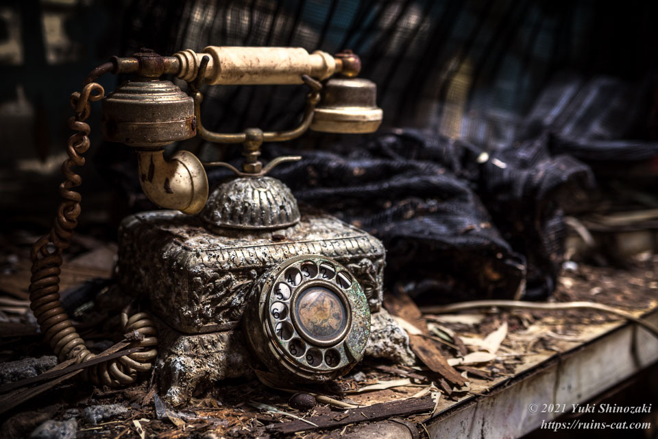 客室に備え付けられたアンティーク調の電話