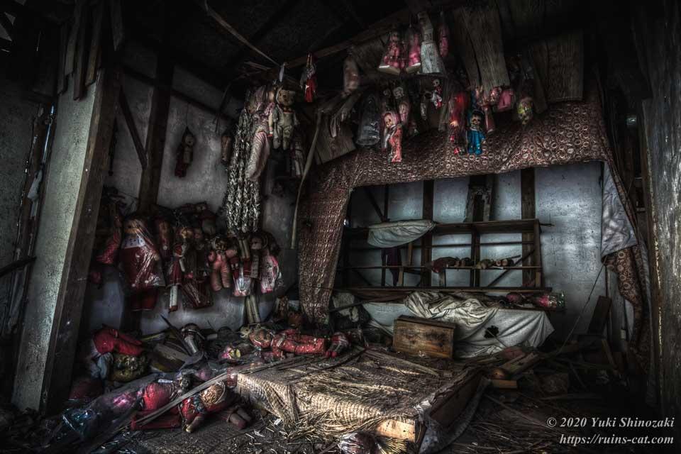 キューピーの館 祭壇正面 大量の人形が吊り下げられている