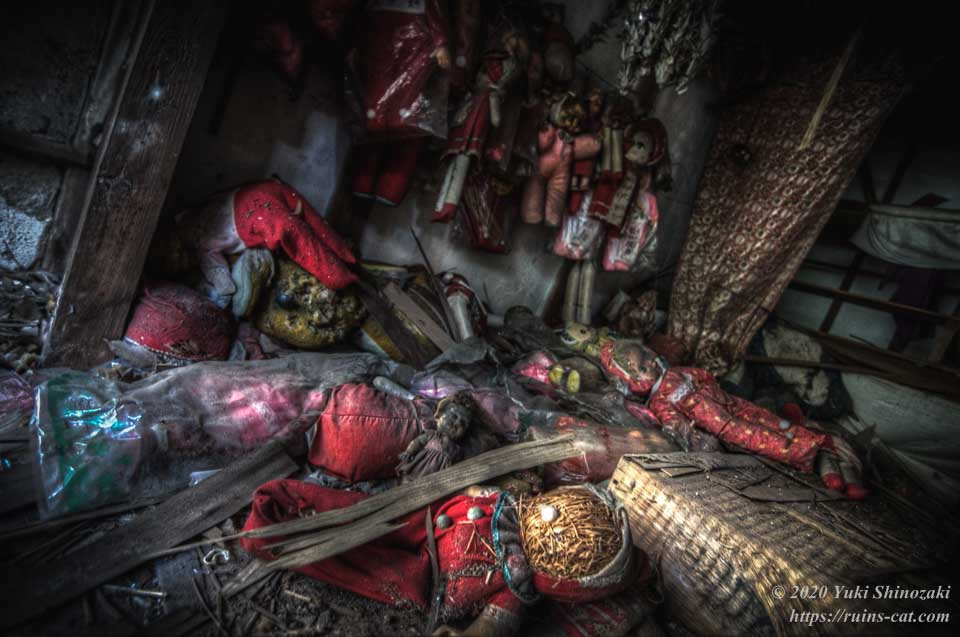 キューピーの館 祭壇正面に落ちている人形