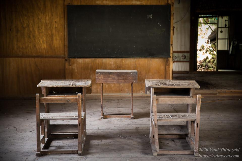 犬居小学校領家分校 黒板・教卓と2組の学習机