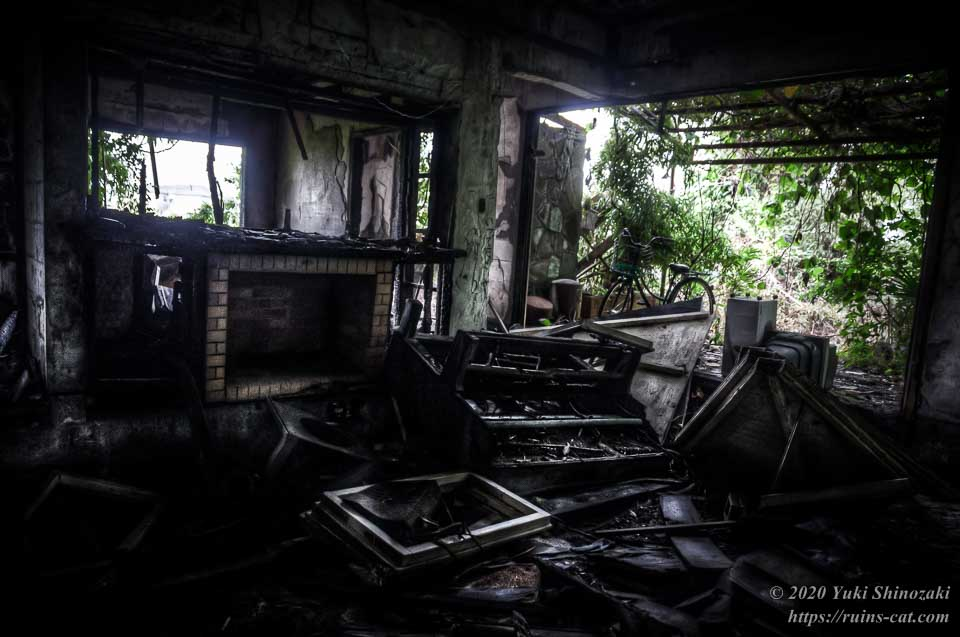茨城のホワイトハウス(心霊スポット) 暖炉とピアノのある部屋を内側から見た景色