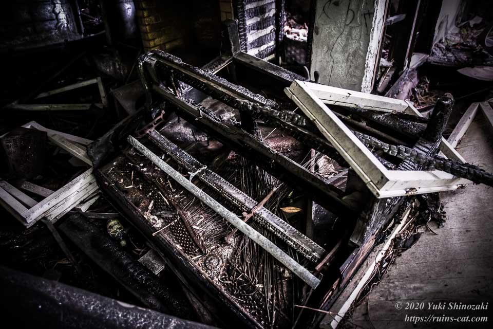 茨城のホワイトハウス(心霊スポット) 横倒しになったアップライトピアノ