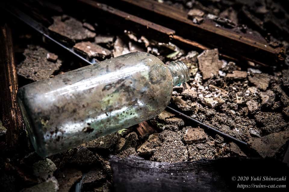 小川脳病院(心霊スポット) 床に落ちていた、水剤を保管するためのビン