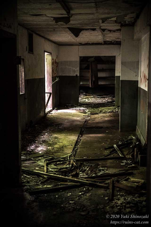 小川脳病院(心霊スポット) コンクリート床で排水溝のある区画