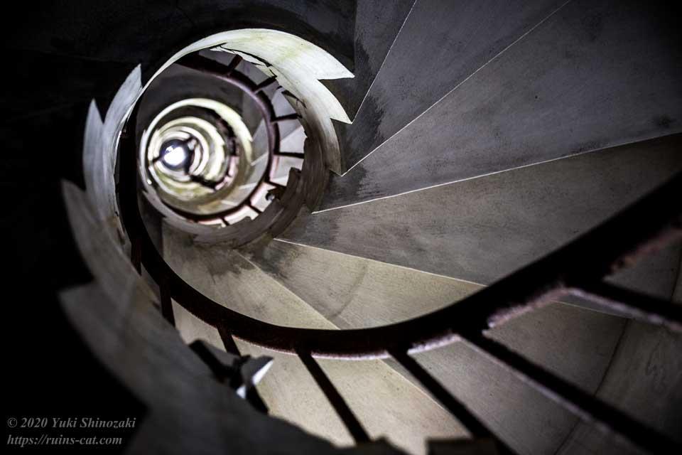 塔内螺旋階段 階下からの眺め