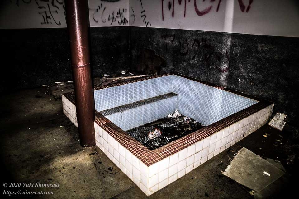 小川脳病院(聖仁会小川病院 心霊スポット)のホルマリン風呂。この浴槽で患者の死体のホルマリン漬けを作成していたという