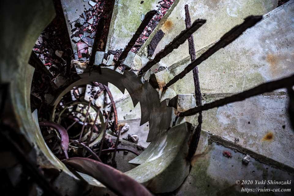 手すりが潮風で錆びてしまった螺旋階段