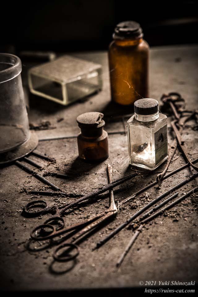 診察室の机の上に置かれた鉗子や薬瓶