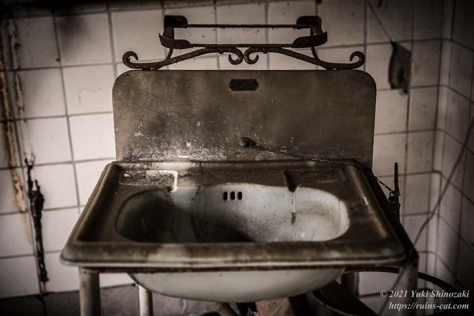 手術室に置かれた移動式の洗面台