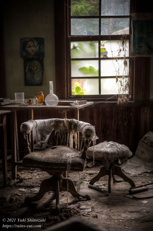 診察室のドクター用の椅子と患者用の椅子