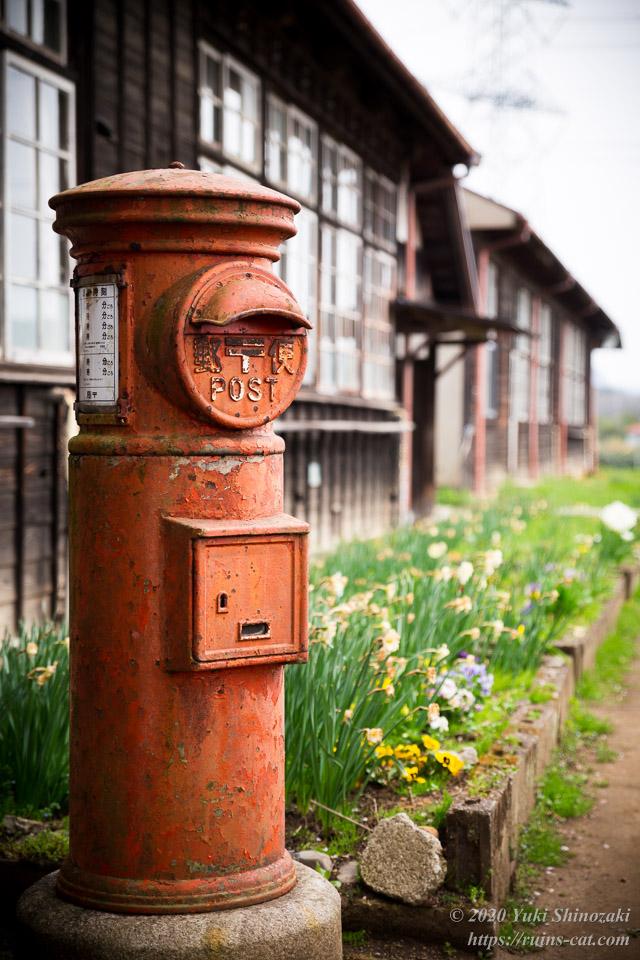 校舎前の丸いポストと花壇