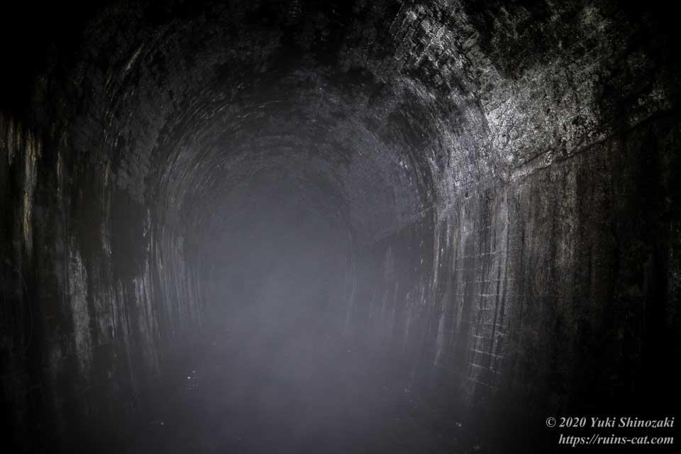 矢板トンネルの内部は怪しげな霧で充満していた