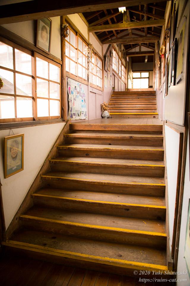 旧上岡小学校の第一棟と第二棟をつなぐ階段