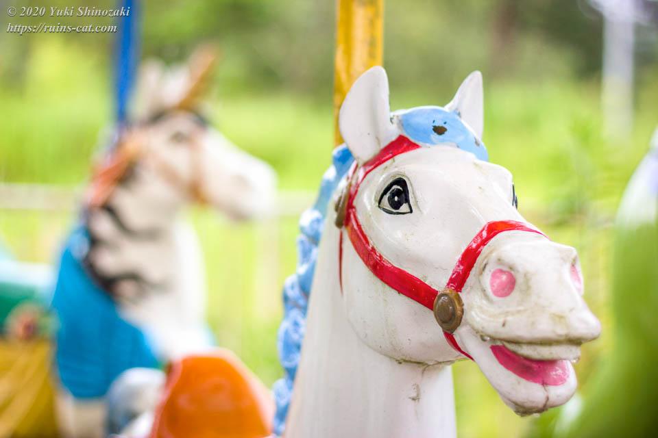 白目の描かれたシュールな白馬(化女沼レジャーランド・メリーゴーランド)