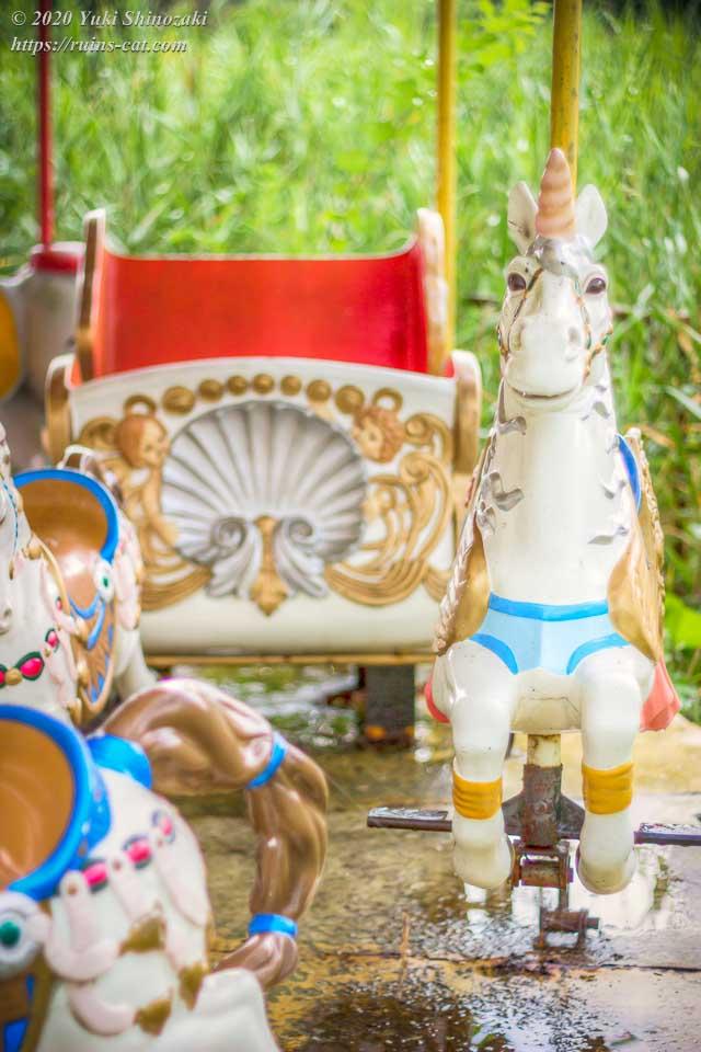 白馬(ユニコーン)と白い馬車(化女沼レジャーランド・メリーゴーランド)