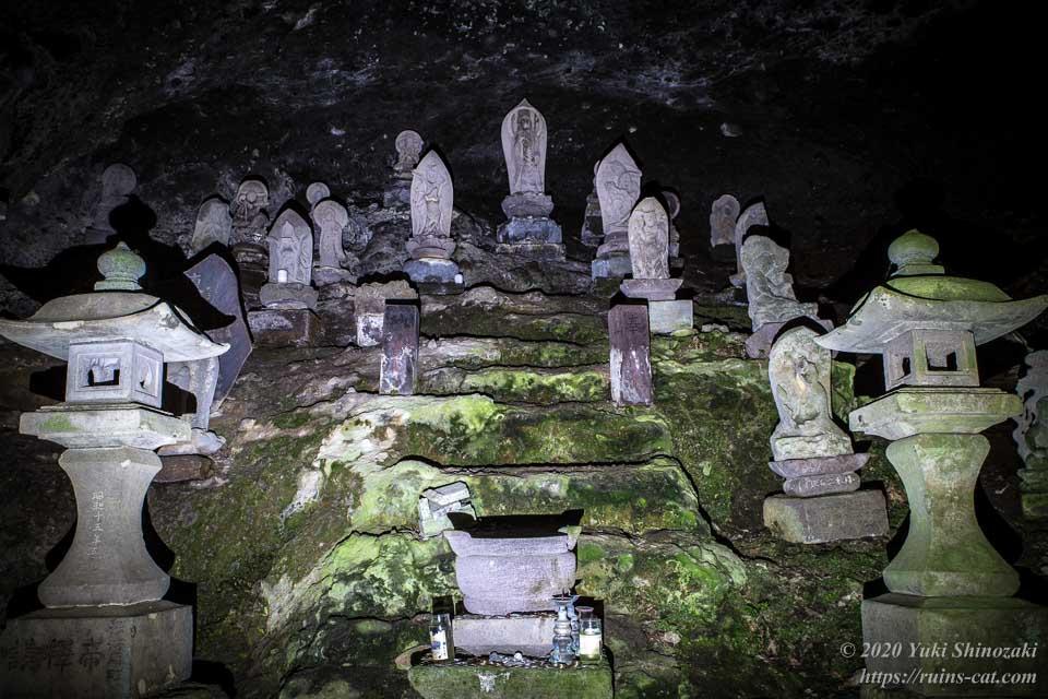 しとどの窟(土肥椙山巌窟) 洞窟内の観音像