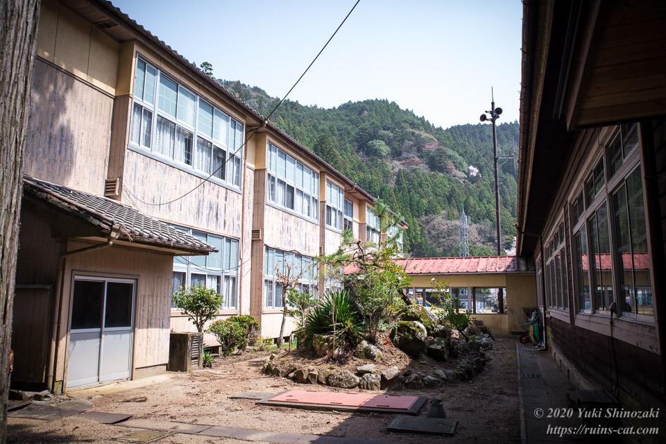 旧校舎と新校舎の間の中庭