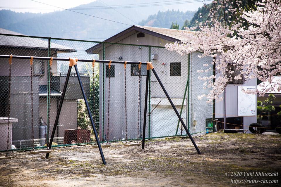 桜吹雪の中のブランコ