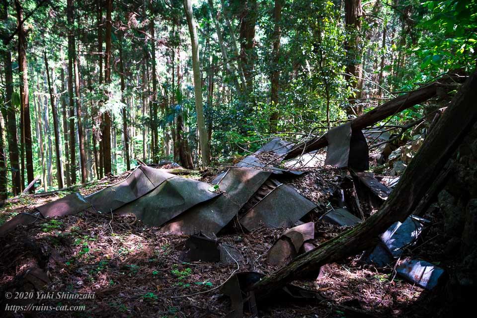 新井さんの家(心霊スポット)の裏手の山にある崩れた建物の跡
