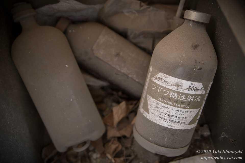 事務所内に残されていた動物用の10%ブドウ糖液(大塚製薬)の空き瓶