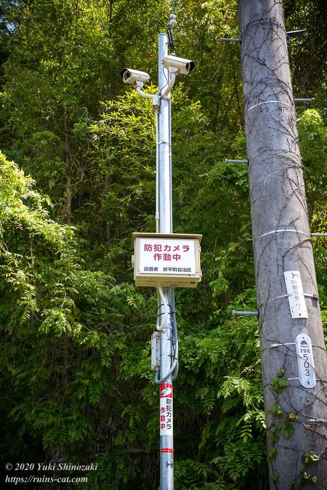 藤岡病院(心霊スポット) 住宅街側の入口付近に備え付けられた2台の監視カメラ