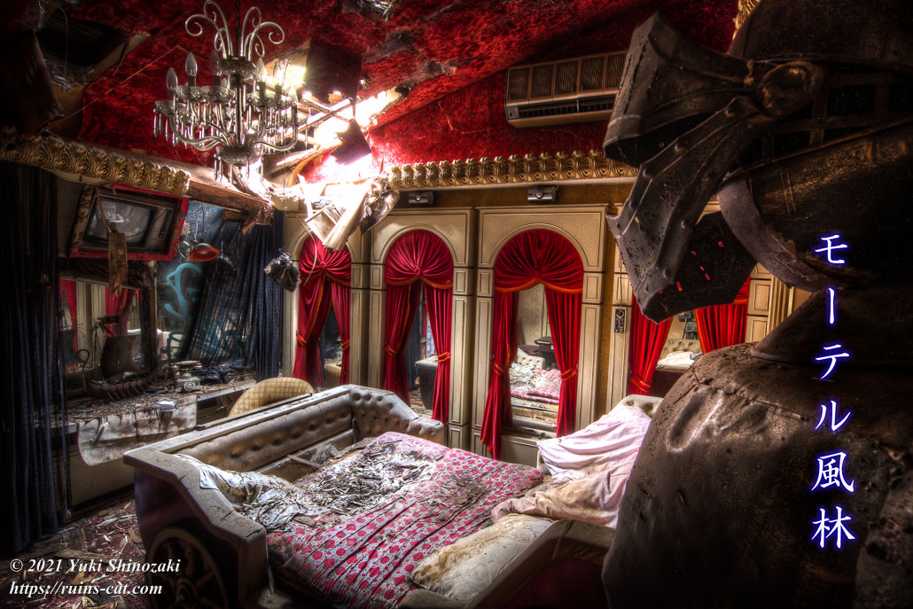 モーテル風林 和室「葵」の馬車風ベッドを甲冑越しに見る