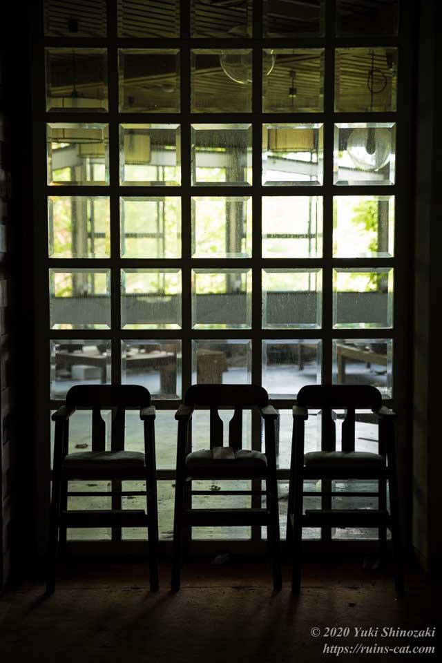 食堂の前のガラスタイルと椅子