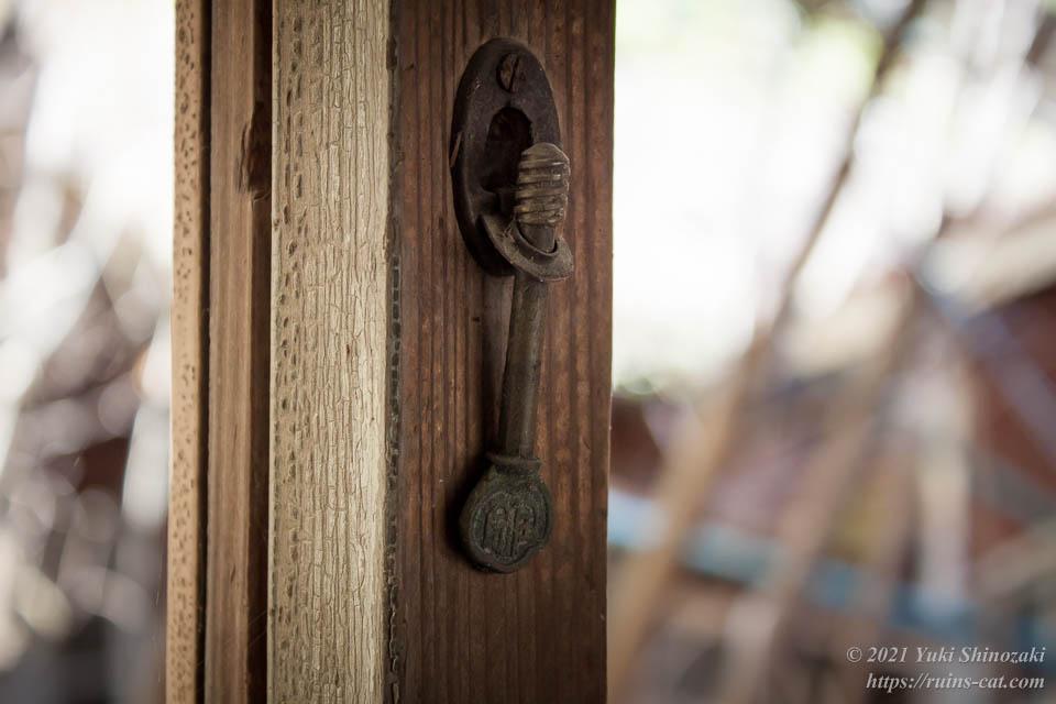 ねじ回し式の窓の鍵
