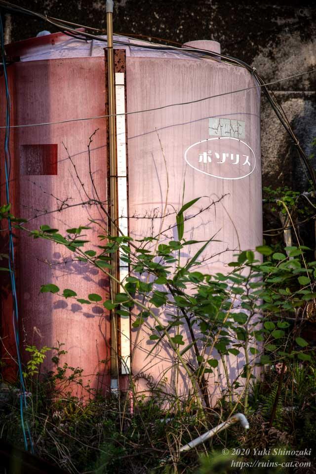 ポゾリス(コンクリート用混和剤)の赤いタンク