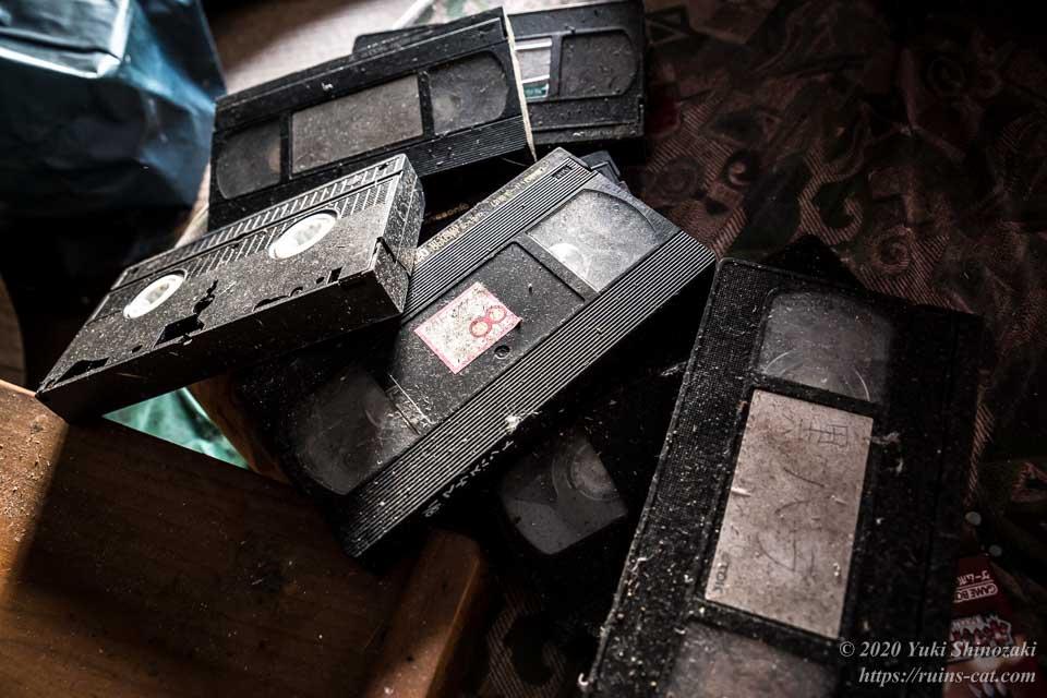 「黒バラ」などとラベリングされたVHSテープ